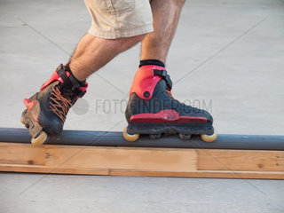 Inline Skater gleitet auf einem schmahlen Rohr