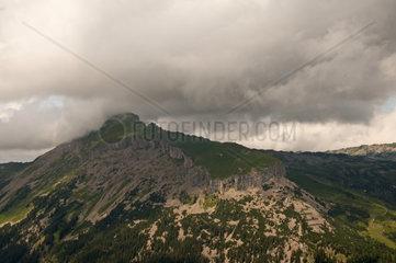 Panorama vom Walmendingerhorn zum Berg Hoher Ifen  Vorarlberg  Allgaeuer Alpen  Oesterreich  Europa