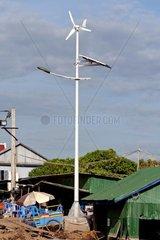 Neue von Wind- und Sonnnenenergie betriebene Strassenbeleuchtung  Areyskat village  Phnom Penh  Kambodscha
