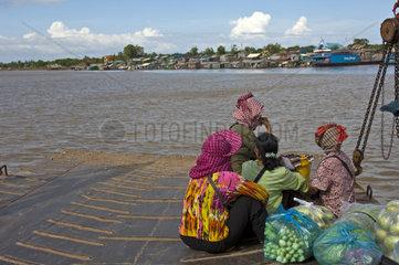 Frauen auf der Rueckkehr vom Markt in Phnom Penh ins Dorf Areyskat ueberqueren den Mekong Fluss auf einer Faehre  Kambodscha