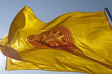 Fahne des Buddhismus mit dem Symbol des Rades Dharmacakra oder Dharmachakra fuer die von Buddha verkuendete Lehre  Thailand  Asien