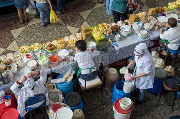 Stand fuer Molkereiprodukte auf dem Markt  Zelyoni Bazaar  Almaty  Kasachstan