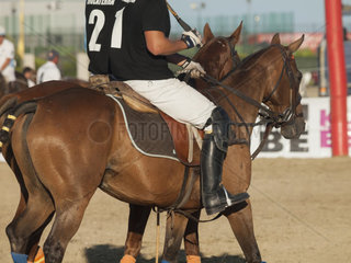 ALGECIRAS  SPAIN -JULY 19  2014 International beach polo Turnier Polo Spieler auf dem Pferd