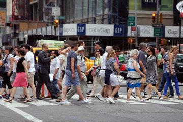 New York  USA  Menschen laufen ueber einen Zebrastreifen