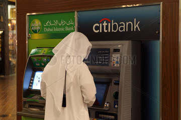 Dubai  Vereinigte Arabische Emirate  Mann hebt Geld an einem Automaten der citibank ab