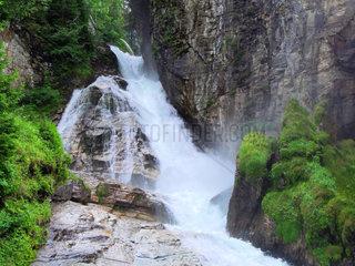 Wahrzeichen von Bad Gastein ist der Gasteiner Wasserfall mitten im Ort