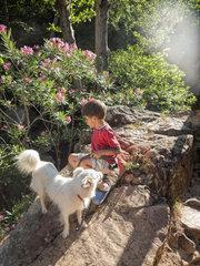 Kind mit Hund im Wald