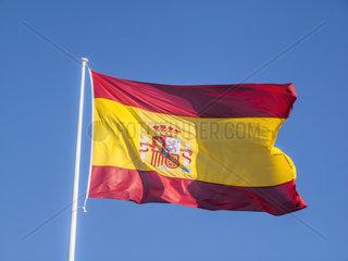 Spanische Flagge weht an einem Fahnenmasten