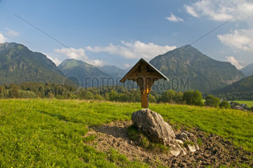 Feldkreuz  dahinter das Trettachtal  Oberstdorf  Oberallgaeu  Bayern  Deutschland  Europa