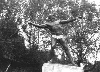 speerwerfende Skulptur in Unterhose