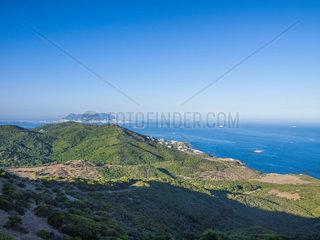 Naturschutzgebiet quot Parque del Estrecho quot Strasse von Gibraltar. Die Landschaft rund um die Strasse von Gibraltar wurde 2003 zum Naturschutzgbiet erklaert. Algeciras  Cadiz  Andalusien  Spanien