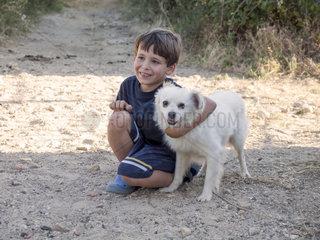 Junge mit Hund in der Natur
