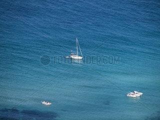 Blick von oben auf das Meer mit Booten. Bucht Cala Arenas an der Strasse von Gibraltar  Algeciras  Spanien