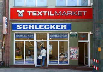 Ruegenwalde  Polen  eine Frau geht in einen Schlecker-Markt