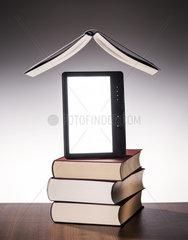 Gedruckter Buecher und ein E-Book