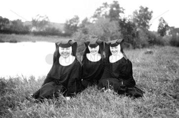Drei Nonnen auf Wiese  1940