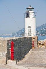 Der Leuchtturm von Camogli begruesst die in den Hafen einfahrenden Fischerboote