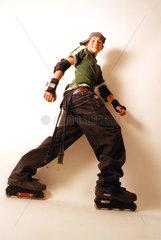 Junge in Rollerskates