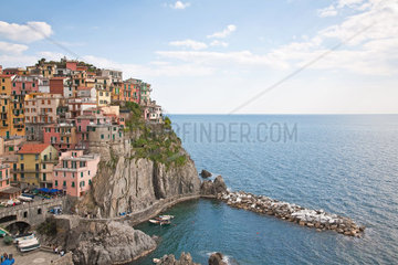 Manarola  eines der fuenf Doerfer der Cinque Terre tuermt sich direkt ueber dem Felsenufer auf
