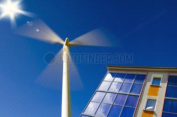 Windrad und Wohnhaus mit Solarpanel