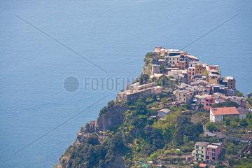 Corniglia liegt auf einem wuchtigen Felsvorsprung hoch ueber dem Mittelmeer