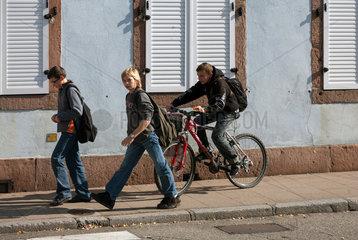 Markirch  Frankreich  Schulkinder auf dem Heimweg