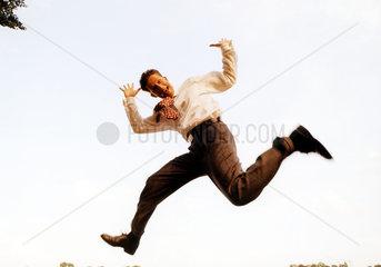 Geschaeftsmann macht Faxen in der Luft