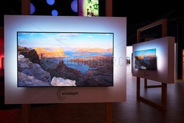 Berlin  Deutschland - Am Messestand des Unternehmens Philips auf der IFA 2018 werden Neuheiten von Flachbildschirm-Fernsehgeraeten gezeigt.