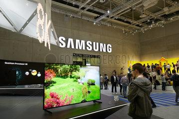 Berlin  Deutschland - Das koreanische Unternehmen SAMSUNG zeigt Neuheiten von Flachbildschrim-Fernsehgeraeten am Messestand auf der IFA 2018.