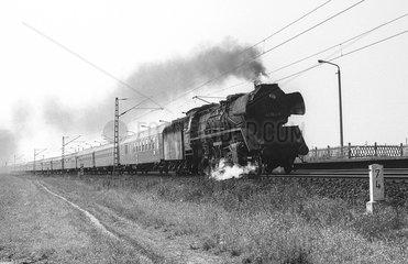 Magdeburg  DDR  die 41 1162 mit Personenzug auf freier Strecke