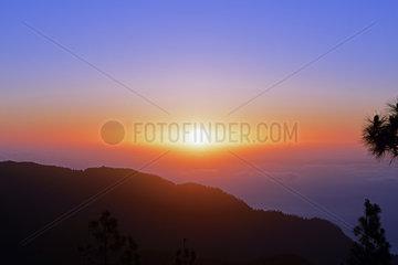spektakulaerer Sonnenaufgang ueber den Passatwolken in ca. 2000 Hoe