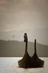 Wikingerschiff im Walchensee im Gegenlicht