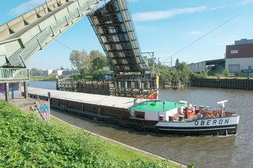 Binnenschiff unter der Eisenbahnklappbruecke in Oldenburg