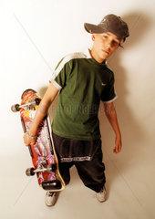 cooler Junge mit Skateboard