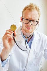 Kompetenter Arzt mit Stethoskop