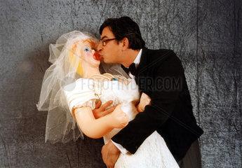 Sexpuppe Hochzeit Kuss