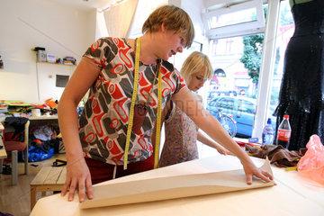 Berlin  Deutschland  die Inhaberin Linda Eilers mit einer Kundin