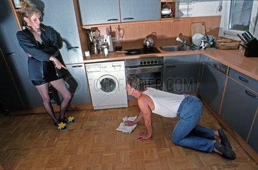 Frau befiehlt Mann putzt