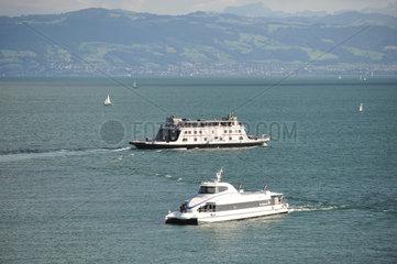 Friedrichshafen  Deutschland  Motorfaehre Friedrichshafen und der Katamaran Ferdinand begegnen sich auf dem Bodensee