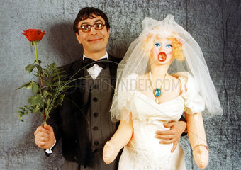 Br‰utigam mit Rose und Sexpuppe als Braut