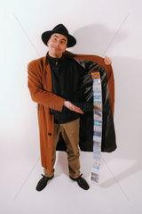 Mann Hut Kreditkarten im Mantel  Geld
