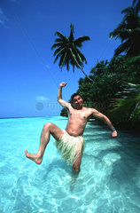 Mann tanzt im Bastroeckchen