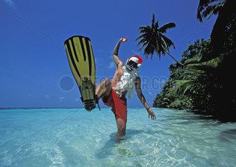Weihnachtsman in Taucherflossen auf den Malediven