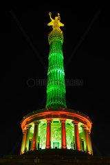 Berlin  Deutschland  bunt angestrahlte Siegessaeule waehrend des Festival of Lights