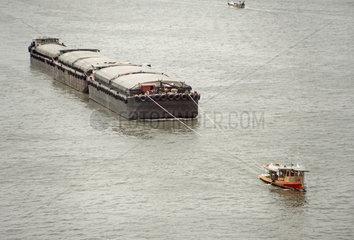 Thailand - Bangkok: kleines Schiff schleppt riesige Fracht
