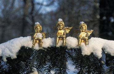 3 Engelchen Tannenzweig Schnee