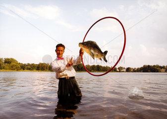 Fisch Mann Akrobatik