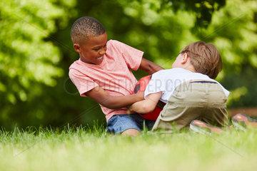 Zwei Jungen raufen um den Fussball