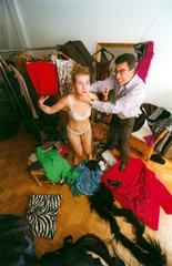 Mann wuergt Frau bei der Kleiderwahl
