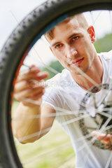 Mann flickt Reifen